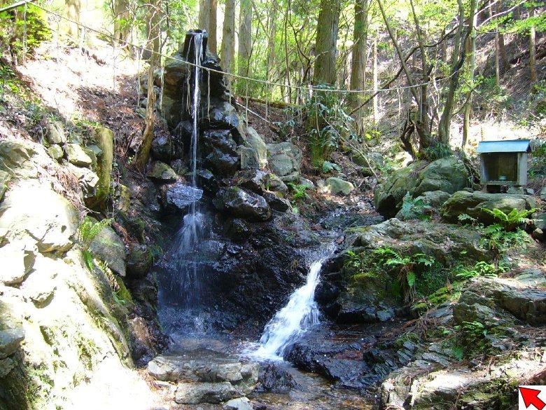 入口脇には、滝業を行える場所 ...
